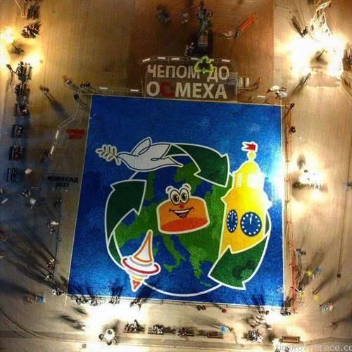 мозаик  од затворачи за Гинис на плоштадот во Нови сад