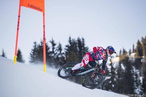 Планинскиот велосипедист Макс Штекл успеа да се спушти по легендарната спуст-патека Штрајф во Кицбил, Австрија