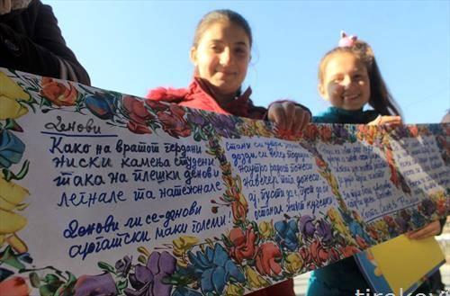 Деца ги држат цртежите на уметникот Живко Поповски - Цветин  по повод 50-годишниот јубилеј на Рациновите средби