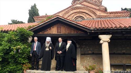 американскиот државен секретар Помпео, со македонскиот црковен врв, пред црвката Св. Богородица Перивлевта