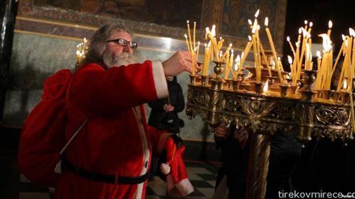 Дедо Мраз пали свеќа за здравје во црква во Софија