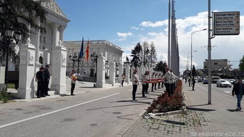 Владата ги смени старите знамиња