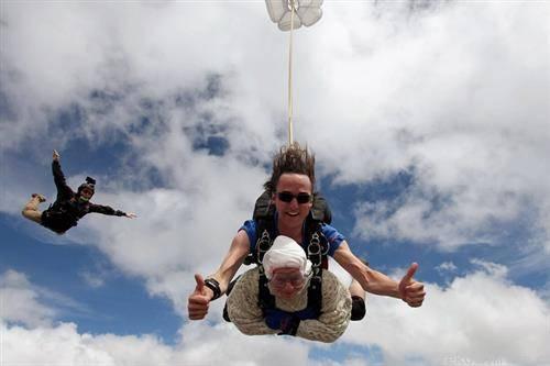 102 годишна старица скокна со падобран во Австралија