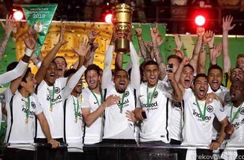 фудбалерите на ајтрахт го освоија германскиот Куп
