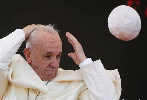 отиде капчето на Папата, го дувна ветрето разигорче