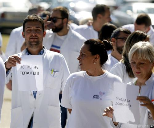 протестот поради насилството врз лекарите и медицинскиот персонал,  им порачаа на пациентите да престанат да ги тепаат