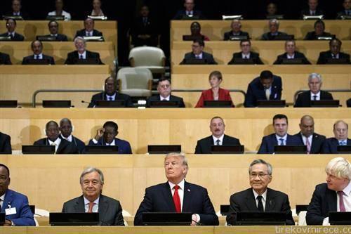 американскиот претседател Трамп на заседанието на ОН во Њујорк, во позадина и македонскиот премиер Заев