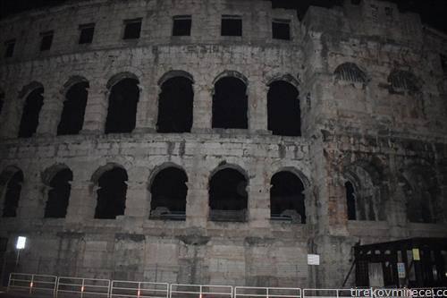 арената во Пула во мрак, за час на планетата земја