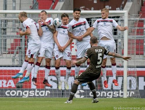 фудбалската топка во Германија се тркала