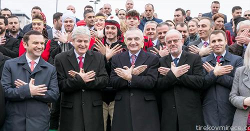 албанските политичари од Македонија во позата со  рачниот двоглав орел