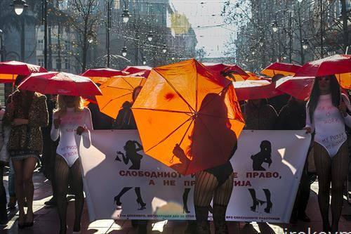 секс работнички одат низ улиците на Скопје за време на собирот за крај на насилството врз нив,