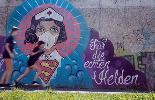 медицинска сестра како супермен, графит во германски град