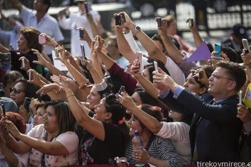 го сликаат Папата ... при посетата на Pеру