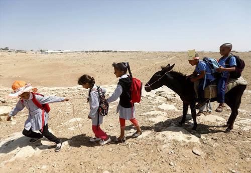 Палестински деца одат на училиште на првиот ден на учебната година
