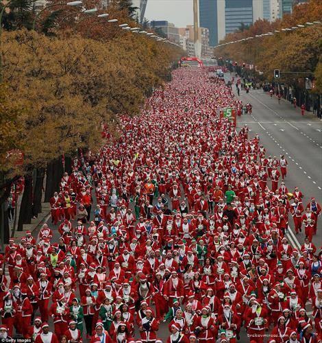 10 илјади дедо мразовци трчаа во Мадрид