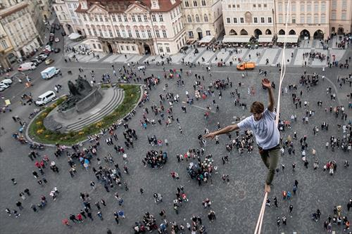 одење на  јаже  во центарот на Прага