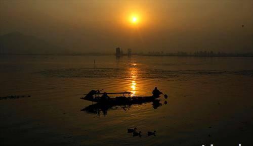 Лоткар на зајдисонце во езерото Дал, Кашмир