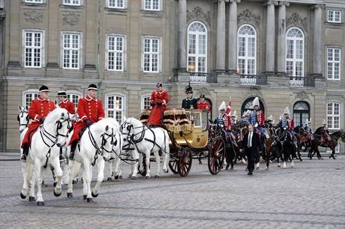 данската кралица во кралска кочија на прошетка низ Копенхаген