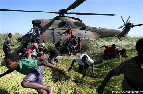 хеликоптер носи храна во мозамбик како помош