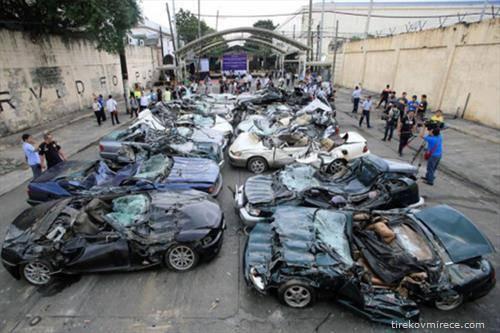 """илипинската полиција  уништи 20-ина луксузни автомобили од марките """"Порше"""", """"Мерцедес"""", """"Јагуар"""", кои биле прошверцувани без да се плати царина"""