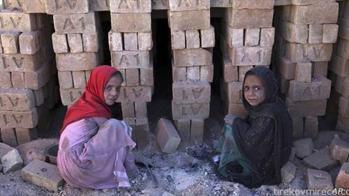 девојчиња работата во фабрика за цигли во Авганистан