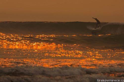 Калифоранија во пламен, ама задоволството да се сурфа не се пропушта