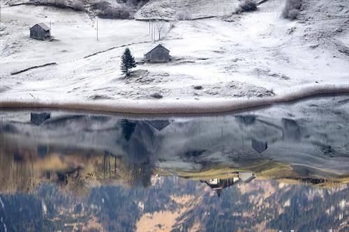 отсјај на  езеро во Силисберг,  Швајцарија, во зима
