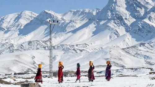 жени носат вода во Пакистан