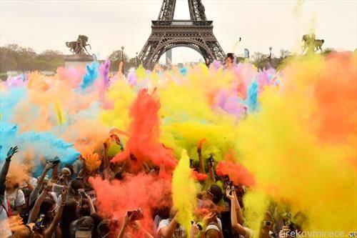 забава пред Ајфеловата кула во Париз