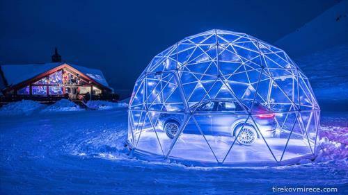 Порше отвори продажен салон на 2.300 метри надморска височина  на француските Алпи,  во него има само еден изложбен примерок – Порше Кајен