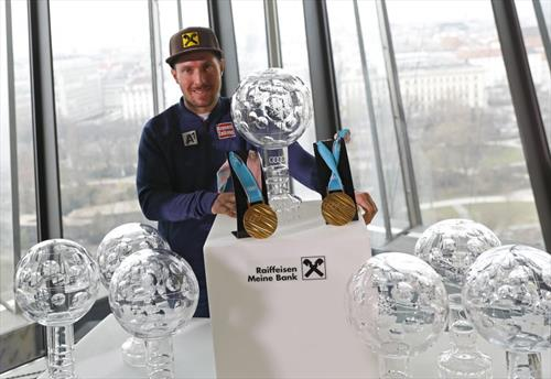 алпскиот скијач Хиршер со сите златни глобуси освоени годинава и медалјите од Олимпијадата