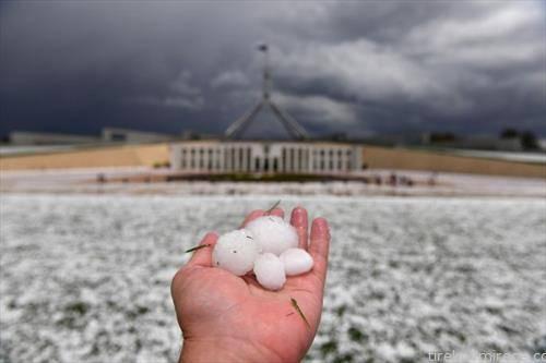 откако ги пустошеа пожарите, во делови на Австралија падна град со големина на голф топче