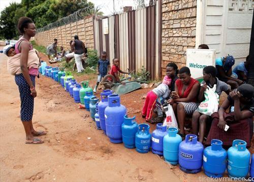 жители на Хараре Зимбаве чекаат во редици за гас