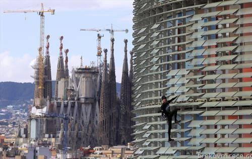 познатиот Французин спајдеремн  се искачува на зграда во Барселона