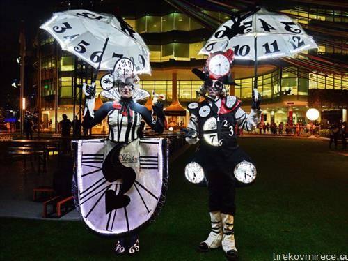 луѓе облечени како часовници на маскенбал  во Сингапур