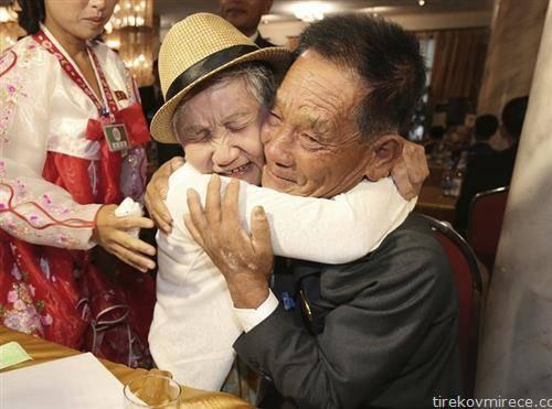 средба на северно корејска мајка 92 години и нејзиниот син 71 години, кои биле раздвоени 50 години