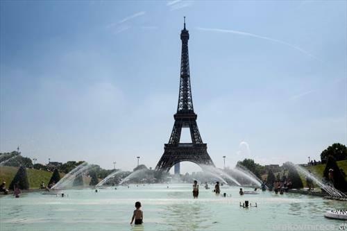 деца се разладуваат во Париз