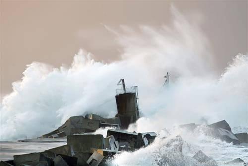 Властите во Перу наредија затворање на 33 пристаништа поради исклучително големите бранови