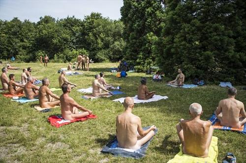 јога за нудисти за Парк во Париз