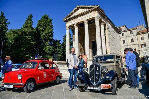 изложба на историски автомобили кои се движни, во Пула