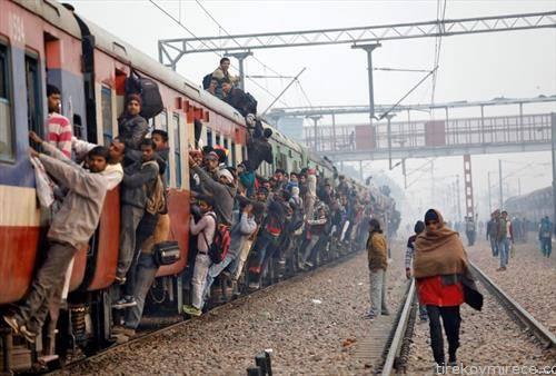 патници во воз во Индија