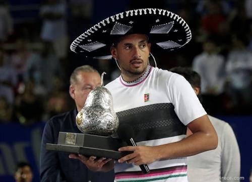 Киргиос како награда за освен тениски турнир во Акапулко, Мексико доби сомбреро