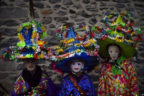 учесници со маски тутуро на маскебал во северна Шпанија