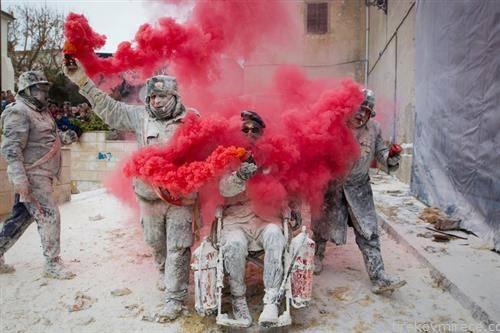 борба со бврашно, 200 годишна традиција во Шпанскито град Иби