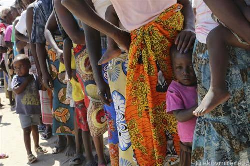 се чека во редици за вакцинација во Мозамбик, против колера по поплавите