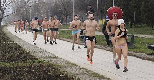 Трката  во долна облека, во должина од 1.600 метри се одржа покрај Дунав во белградската населба Дорќол