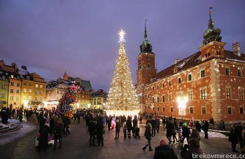 Божикни и новогодишни светилки ја осветлуваат елката во Стариот град во Варшава