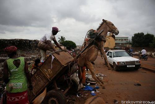 како се истовара ѓубре во Мали