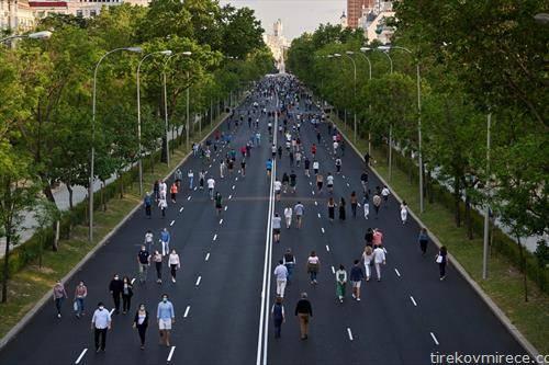 олабавени мерки, жители на Мадрид на прошетка