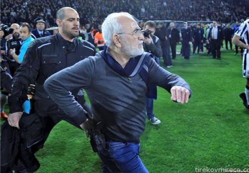сопственикот на ПАОК Иван Савидис влезе на терен за време на натпреварот на неговиот клуб со АЕК и носеше пиштол